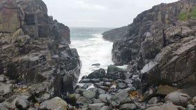 Meereswogen auf Felsen-träumerischem Meerblick stock video footage