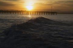 Meereswogen bei Sonnenaufgang mit Ventura Pier, Ventura, Kalifornien, USA Lizenzfreie Stockbilder