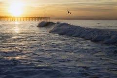 Meereswogen bei Sonnenaufgang mit Ventura Pier, Ventura, Kalifornien, USA Lizenzfreie Stockfotos