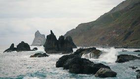 Meereswogen in der Zeitlupe in Teneriffa, Kanarische Inseln Gro?e Wellen sto?en auf Felsen und dem Spr?hen zusammen stock video footage