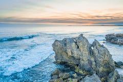 Meereswogen, die über Felsen zerquetschen stockfoto