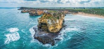 Meereswogen, die über schönen Felsen zerquetschen lizenzfreies stockbild