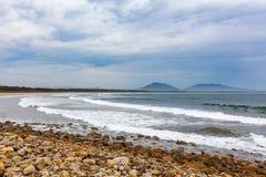 Meereswogen, die auf dem Crowdy-Buchtstrand zerquetschen stockfoto
