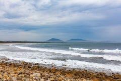 Meereswogen, die auf dem Crowdy-Buchtstrand zerquetschen stockbild