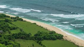 Meereswogen, die auf dem tropischen sandigen Strand rollen stock video footage