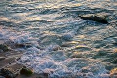 Meereswogen, die auf den Felsen auf dem Strand brechen Stockfotografie