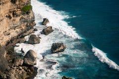 Meereswogen, die auf den Felsen auf dem Strand brechen Lizenzfreie Stockbilder