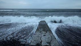 Meereswogen, die auf Wellenbrecherstruktur zusammenstoßen stock video