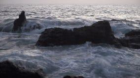 Meereswogen die Felsen schlagend stock footage