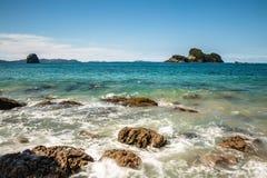 Meereswogen, die gegen felsiges Ufer in Neuseeland zusammenstoßen Stockbilder