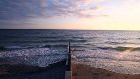 Meereswogen, die gegen Wellenbrecher zerquetschen stock video