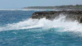 Meereswogen Küstenlinie zerquetschend stock video footage
