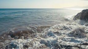 Meereswogen stoßen auf Felsen und dem Sprühen zusammen Strand in Teneriffa, Zeitlupe stock footage