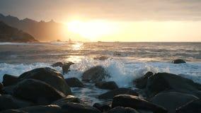 Meereswogen sto?en auf Felsen und Spray im sch?nen Sonnenunterganglicht an Benijo-Strand in Teneriffa, Kanarische Inseln zusammen stock video footage