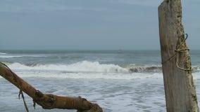 Meereswogen und Boot stock footage