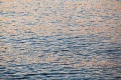 Meereswogen und die Wasseroberfläche bei Sonnenuntergang Lizenzfreie Stockfotos