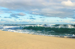 Meereswogen und Wolken lizenzfreie stockfotografie