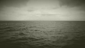 Meereswogen von kreuzendem Schiff stock video footage