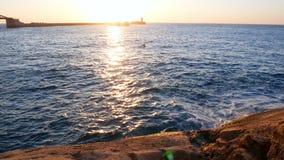 Meereswogen zerschmettern felsiges stock footage