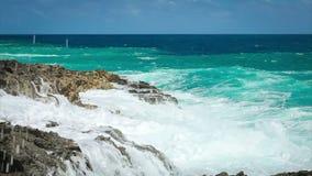 Meereswogespritzen auf dem Riff stock footage