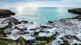 Meereswogespritzen auf dem Riff stock video