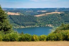 Meerfeld Meerfelder Maar Eifel lata krajobraz w Niemcy obrazy royalty free