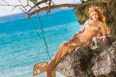 Meerjungfrau auf dem Felsen Lizenzfreie Stockfotografie