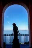 Meerjungfrau, die in Pazifischem Ozean im Torbogen anstarrt Lizenzfreies Stockfoto