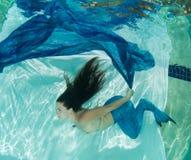 Meerjungfrau in tragendem Blau des blauen Wassers Lizenzfreies Stockfoto