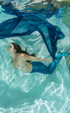 Meerjungfrau in tragendem Blau des blauen Wassers Stockbild