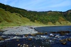 Meerklippen und Loch an Bearreraig-Bucht stockbild