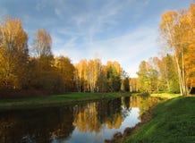 Meerkust in park met kalm water en bezinning in Oktober royalty-vrije stock foto