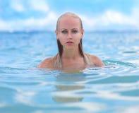 Meermin in Caraïbische golven Royalty-vrije Stock Afbeeldingen