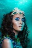 Meermin met kroon van koralen stock foto