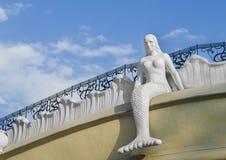 Meerminzitting op het dak Stad van Odessa, de Oekraïne royalty-vrije stock foto's
