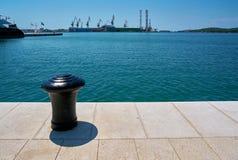Meerpaal in de haven van Pula in Kroatië royalty-vrije stock afbeeldingen