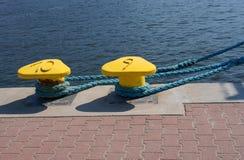 Meerpaal, havendetail en schip Stock Fotografie