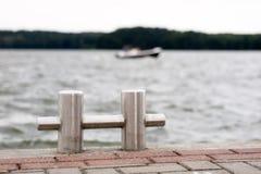 Meerpaal met een meertroslijn rond het wordt verpakt die Vastgelegde boten bij t Royalty-vrije Stock Foto's
