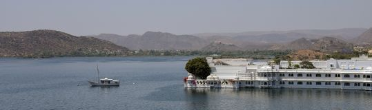 Meerpaleis in Udaipur-Luxehotel stock afbeelding