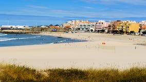 Meersand und Dorf Stockfotos