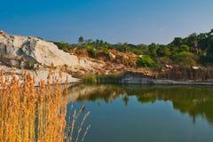 Meersteengroeve door heuvels in Southindia wordt omringd die stock foto