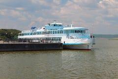 Meertros en het schip van de passagiersmotor Bulgaars, Rusland stock afbeelding