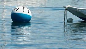 Meertrosbal voor boot in water Royalty-vrije Stock Afbeelding