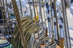Meertroskabel op de meerpalen van oud houten schip wordt gebonden dat Royalty-vrije Stock Foto's