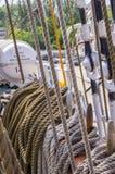 Meertroskabel op de meerpalen van oud houten schip wordt gebonden dat Royalty-vrije Stock Afbeeldingen