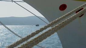 Meertrosmeerpaal en kabels in bijlage aan een gedokte boot stock footage