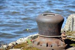Meertrosmeerpaal op de rivier Moskou Stock Foto's