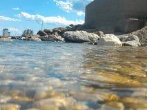 Meerwasser auf Felsen und blauem Himmel lizenzfreies stockfoto