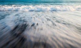 Meerwasser bewegt milchigen Wasserhintergrund wellenartig Lizenzfreies Stockfoto