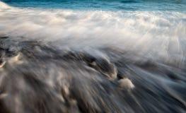 Meerwasser bewegt milchigen Wasserhintergrund wellenartig Lizenzfreie Stockbilder